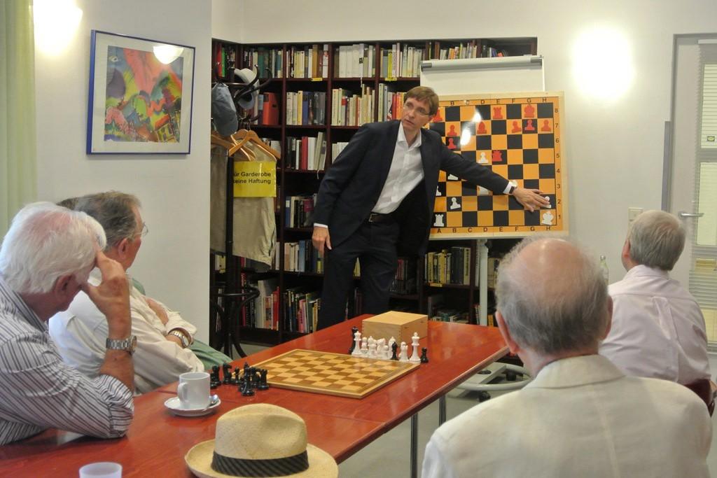 Schachgroßmeister Stefan Kindermann gibt Senioren vom ASZ Altstadt eine Einführung in das Schachspiel (Foto: Münchener Schachakademie)