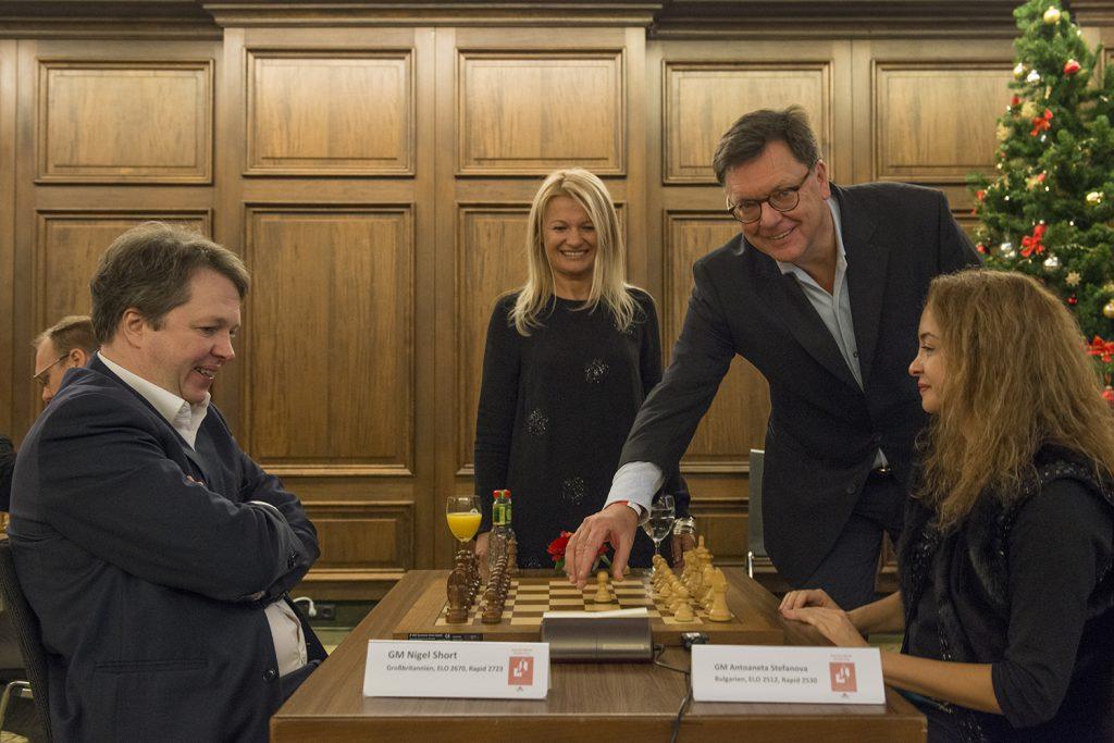 Nigel Short gegen Antoaneta Stefanova zusammen mit Dijana Dengler und Roman Krulich (Foto: David Llada)