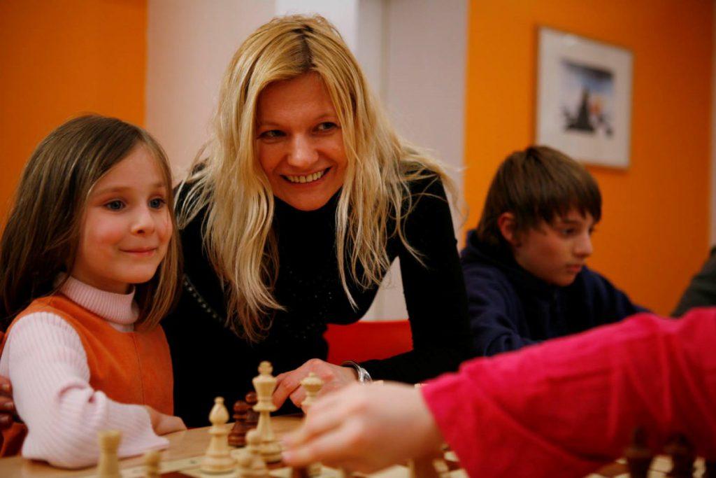 Kinder lernen gemeinsam mit den Eltern Schach im Tandem-Kurs für Eltern mit Kind.