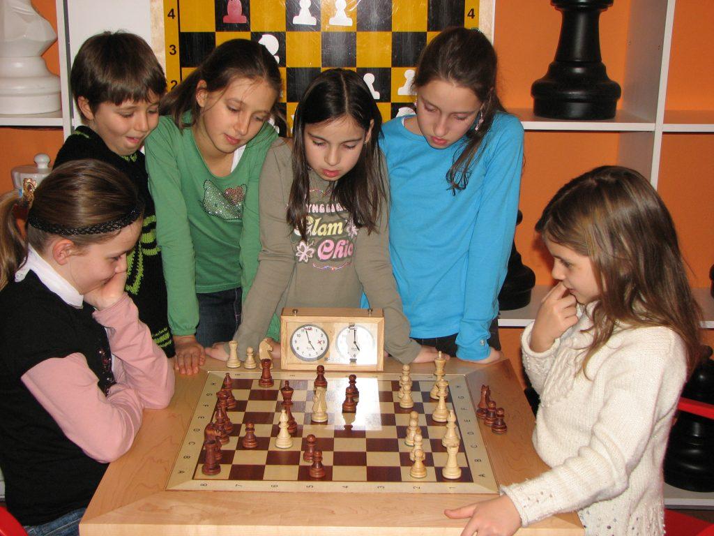 Schachkurse für Kinder. Kinder spielen jede Woche am Nachmittag Schach.